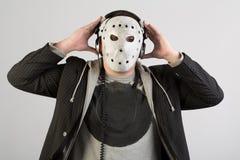 Portrait d'un homme dans un costume et un masque rampant photos stock