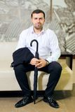 Portrait d'un homme dans une chemise et un costume blancs photographie stock libre de droits
