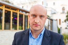 Portrait d'un homme dans une chemise sur un fond de rue d'homme d'affaires images libres de droits