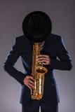 Portrait d'un homme de jazz dans un costume avec une dissimulation de chapeau Photographie stock libre de droits