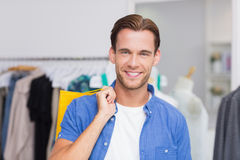 Portrait d'un homme de sourire avec des paniers Photo libre de droits