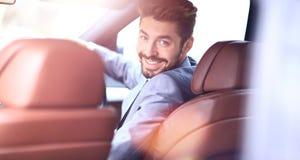 Portrait d'un homme de sourire bel d'affaires conduisant sa voiture photographie stock libre de droits
