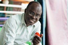 Portrait d'un homme de sourire tenant une tomate rouge images libres de droits