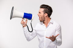 Portrait d'un homme hurlant dans le mégaphone Photographie stock libre de droits