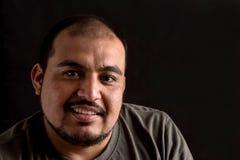 Portrait d'un homme latin sur le noir images libres de droits