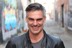Portrait d'un homme mûr souriant à l'appareil-photo - image courante Images stock