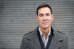 Portrait d'un homme mûr souriant avec l'espace de copie images libres de droits