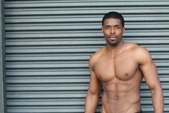 Portrait d'un homme modifié la tonalité et déchiré maigre de forme physique de muscle sous l'éclairage doux avec l'espace de copi photographie stock