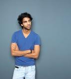 Portrait d'un homme occasionnel se tenant avec des bras croisés Photos stock