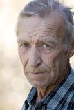 Portrait d'un homme plus âgé regardant fixement vous Image libre de droits