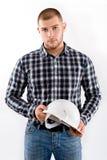 Portrait d'un homme portant la chemise à carreaux et le casque photographie stock