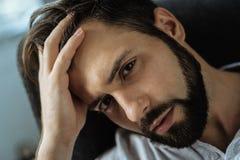 Portrait d'un homme sombre bel vous regardant image stock