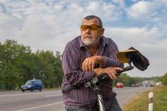 Portrait d'un homme supérieur barbu avec la bicyclette Photographie stock libre de droits