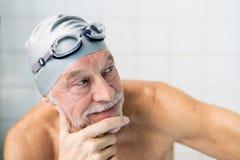 Portrait d'un homme supérieur dans une piscine d'intérieur Photo libre de droits
