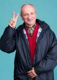 Portrait d'un homme supérieur montrant le signe correct Image stock