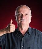 Portrait d'un homme supérieur montrant le signe correct Images stock