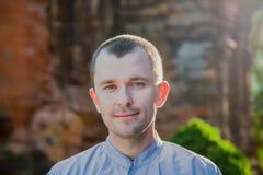Portrait d'un homme sur le fond de la tour de Cham Photographie stock libre de droits