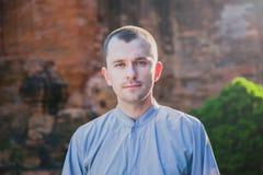 Portrait d'un homme sur le fond de la tour de Cham Images stock