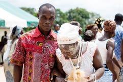 Portrait d'un homme tenant la main d'une jeune femme initiée dedans Photo libre de droits