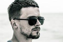 Portrait d'un homme, un plan rapproché de port de lunettes de soleil d'homme Photos stock