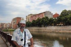 Portrait d'un homme d'une cinquantaine d'années sur le remblai photos stock