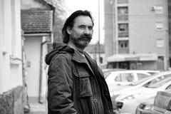 Portrait d'un homme - une vue plus large photographie stock