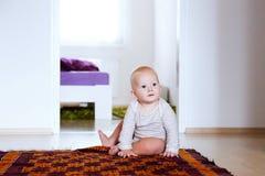 Portrait d'un intérieur mignon heureux d'enfant de bébé à la maison Image libre de droits