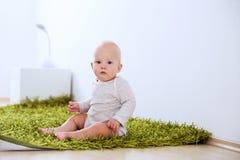 Portrait d'un intérieur mignon heureux d'enfant de bébé à la maison Image stock
