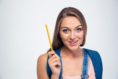Portrait d'un jeune étudiant de sourire tenant le crayon Photographie stock libre de droits