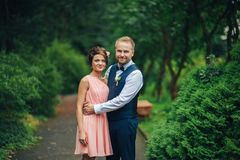 Portrait d'un jeune beau couple étreint ensemble Images stock