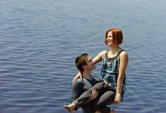 Portrait d'un jeune beau couple heureux dehors Photos stock