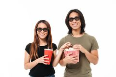 Portrait d'un jeune couple asiatique de sourire en verres 3d Photos stock