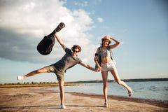 Portrait d'un jeune couple ayant l'amusement sur la plage Photographie stock libre de droits