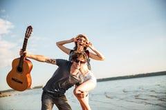 Portrait d'un jeune couple ayant l'amusement sur la plage Images libres de droits