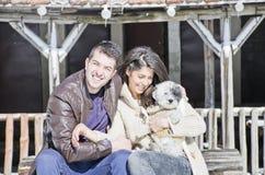 Portrait d'un jeune couple d'amour et de leur chien Photo libre de droits