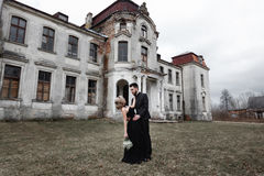 Portrait d'un jeune couple dans le costume et la robe noirs mariage Photographie stock