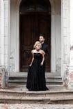 Portrait d'un jeune couple dans le costume et la robe noirs mariage Images stock