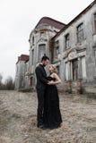 Portrait d'un jeune couple dans le costume et la robe noirs mariage Image libre de droits