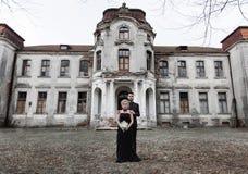 Portrait d'un jeune couple dans le costume et la robe noirs mariage Photographie stock libre de droits