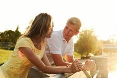 Portrait d'un jeune couple de famille dans les taches de lumière du soleil Photo libre de droits
