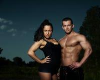 Portrait d'un jeune couple de forme physique Photo stock