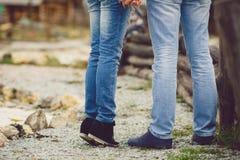 Portrait d'un jeune couple heureux Photos stock