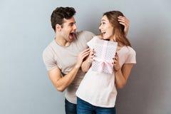 Portrait d'un jeune couple heureux célébrant ensemble Photo libre de droits