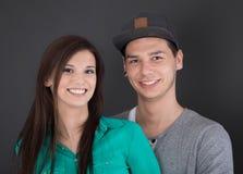 Portrait d'un jeune couple heureux d'adolescent dans l'amour Image stock