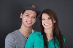 Portrait d'un jeune couple heureux d'adolescent dans l'amour Photos stock