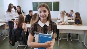 Portrait d'un jeune diplômé russe de lycée dans la perspective de sa classe clips vidéos