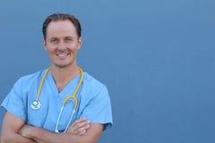 Portrait d'un jeune docteur beau montrant la joie et la passion pour sa profession photos stock