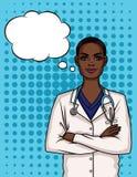 Portrait d'un jeune docteur féminin afro-américain dans l'uniforme Images libres de droits