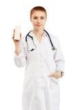 Portrait d'un jeune docteur féminin dans un manteau blanc se tenant en Han Image libre de droits