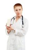 Portrait d'un jeune docteur féminin dans un manteau blanc se tenant en Han Photographie stock